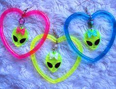 Cute Alien Heart Earrings UFO Outerspace by MirroredOpposites Space Fashion, Punk Fashion, Grunge Fashion, Estilo Converse, Aliens, Alien Aesthetic, Space Grunge, Cute Alien, Galaxy Fashion