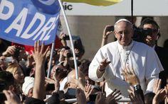 A diferencia de sus antecesores, Jorge Bergoglio utilizó un vehículo descubierto y no el tradicional Papamóvil. - AP