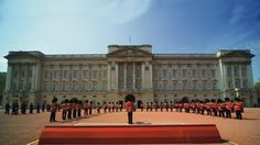 Changing the guard in the forecourt of Buckingham Palace. © British Tourist Authority, Photographer: Pawel Libera