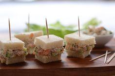 Schöner Nachmittagssnack: Lachstramezzinis - Toastbrot mit einer Masse aus geräuchertem Lachs, Frischkäsecreme, Zucchini und Kräutern. Weiterlesen →