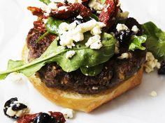 Mediterraner Lamm-Burger mit Schafskäse, getrockneten Tomaten und Oliven - smarter - Zeit: 20 Min. | eatsmarter.de