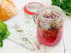Geriebener Kohlrabi Salat mit Rote Bete, Karotte, Gurke und Sprossen