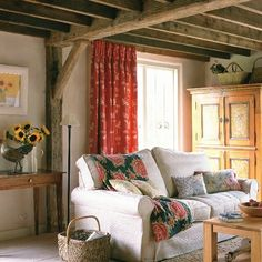 country life Living Room Decor Country, Cottage Living Rooms, Cottage Interiors, Living Room Furniture, Living Spaces, Red Curtains, Bright Curtains, Ceiling Curtains, Ceiling Beams