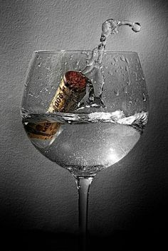 a glass of wine photos High Speed Photography, Glass Photography, Macro Photography, Movement Photography, Splash Fotografia, Wine Art, In Vino Veritas, Wine Time, Belle Photo