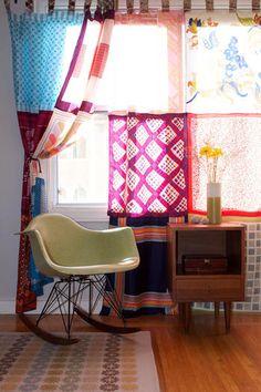 こちらはヴィンテージのスカーフをつなぎ合せた、DIYの可愛いカーテン。様々な色や柄が楽しめるカーテンは、お部屋を楽しい雰囲気にしてくれます。使わなくなったスカーフがあったら、ぜひカーテンにリメイクしてみましょう♪