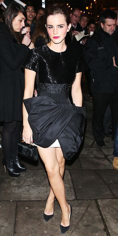 Fashion risk-taker Emma Watson treated us to another one of her stylish looks, this time in a Giambattista Valli LBD with a shimmery top and a knotted skirt. Black Christian Louboutin pumps completed her look.