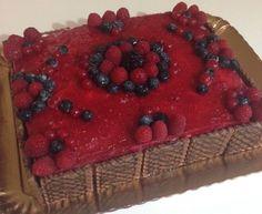 Base pasta biscotto, mousse al cioccolato bianco, gelèe ai ribes e lamponi, decorazioni con frutti di bosco