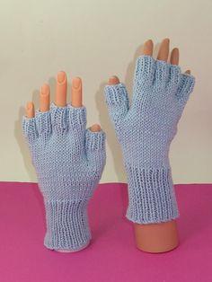 Simple Short Finger Gloves Knitting pattern by madmonkeyknits Hand Crochet, Crochet Hats, Crochet Pouch, Universal Yarn, Baby Scarf, Christmas Knitting Patterns, Fingerless Gloves Knitted, Crochet Needles, Cascade Yarn
