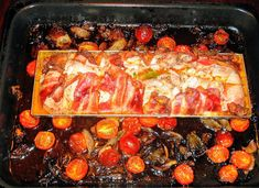 Kuřecí roláda se špenátem, sušenými rajčaty a sýrem s modrou plísní Pečeno ve formě na srnčí hřbet o rozměrech 10 x 30 centimetrů...
