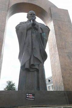La statue de Jean-Paul II à Ploermel  DIAPORAMA : TOUR DU MONDE DES 20 STATUES DE JEAN PAUL II  http://www.lumieresdelaville.net/2014/04/27/tour-du-monde-des-statues-de-jean-paul-ii/  #canonisationsRome2014 #canonisations #vatican #canonization http://www.ploermel.tv