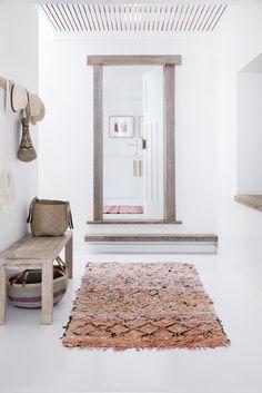 entry way // living spaces // print rug // white decor // interior design // minimal // bohemian Diy Interior, Interior Styling, Interior And Exterior, Interior Decorating, Bohemian Interior, Decorating Ideas, Interior Modern, Hallway Inspiration, Interior Inspiration