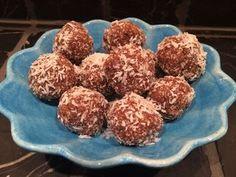 Recept på Jordnötsbollar finns på hemsidan  kroppochkost.se
