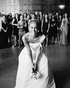 Joga ou não joga o bouquet? Eis a questão que a gente aborda hoje no blog http://ift.tt/1gYI3tO  Bryan Photo #casamento #anoivadebotas #love by anoivadebotas