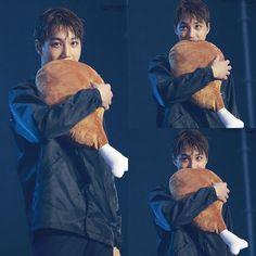 O Kai é tão loco dos frangos que tá comendo uma pelúcia kk que fofo ♡♡