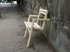 Leaning Chair Uses 2 Vertical Legs + 2 Horizonal Supports | Designs & Ideas on Dornob