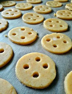 Sósan is mosolygósan: lyukas sajtos kréker - Mom With Five Cookies, Desserts, Food, Crack Crackers, Tailgate Desserts, Deserts, Biscuits, Essen, Postres