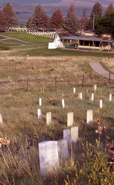 Little Bighorn Battlefield National Monument: Visitor center with tombstones
