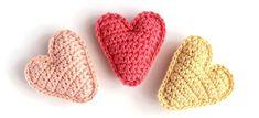 Hier erhaltet ihr eine 2-seitige bebilderte Schritt-für-Schritt-Anleitung, wo ich euch zeige wie man das kleine Herz häkelt. Es eignet sich perfekt als Glücksbringer, Taschenbaumler oder zum aufhübschen von einem Geschenk Es hat die Größe von ca. 5,