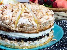 "Tort ""Ceresc"" – un desert aerat, moale și extrem de aspectuos, sigur nu ați gustat un tort mai gustos! No Cook Desserts, Summer Desserts, Sweets Recipes, Delicious Desserts, Cake Recipes, Mini Cakes, Cupcake Cakes, Romanian Desserts, Romanian Food"