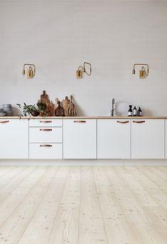 Susanna Vento for Timberwise - via Coco Lapine Design minimalist kitchen Kitchens Without Upper Cabinets, White Kitchen Cabinets, Wood Cabinets, Kitchen Cabinets Without Handles, Luxury Kitchens, Home Kitchens, Kitchen Interior, New Kitchen, Kitchen Modern