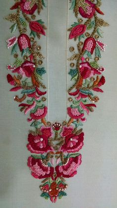 I really like the color of this stitching and I think the pattern could be adapted Embroidery Neck Designs, Hand Work Embroidery, Embroidery Suits, Embroidery Stitches, Embroidery Patterns, Machine Embroidery, Zardozi Embroidery, Couture Embroidery, Indian Embroidery