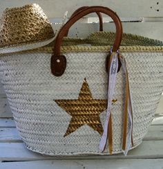 #star #etoile #panier #peint #plage #musthave #cesta #pintada #islandfactory… Diy Straw, Straw Bag, Liberty Jewellery, Painted Baskets, Lace Bag, Eco Friendly Bags, Craft Bags, Basket Bag, Summer Bags
