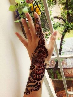 Here are the most beautiful Eid mehndi designs 2017-2018 for hands and feet. Learn how to apply perfect Eid mehndi designs this Eid Al-Fitr 2017.