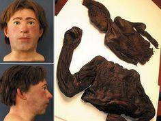 Hombre de Clonycavan. El valor de esta reconstrucción de la Universidad de Dundee es que no se basa en el cráneo, sino en tejidos blandos momificados, como se ve abajo. Solo había algunos huesos de la mandíbula. Lo más curioso es que han descubierto que llevaba fijador de pelo, para subir los cabellos y parecer más alto, ya que medía 1,57 m. Se encontró en una ciénaga que contiene ciertos productos químicos ácidos capaces de disolver los huesos. Por esta razón, el cuerpo estaba como desecado
