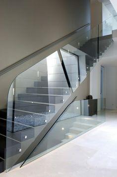 treppe gestalten glas geländer schlichte linien