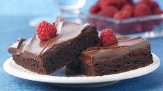 Raspberry Brownies - Brownie mix gets a special flavor twist easily by using raspberry extract. The raspberry chocolate frosting makes the brownies even more delicious. Easy Desserts, Delicious Desserts, Dessert Recipes, Yummy Food, Baking Desserts, Bar Recipes, Dessert Bars, Dessert Ideas, Box Brownies