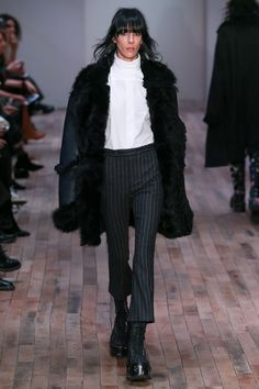 Fall 2017 Ready-to-Wear Fashion Show Collection: See the complete Fall 2017 Ready-to-Wear collection. Look 35 Style Couture, Couture Fashion, Runway Fashion, Fashion Week, Fashion Show, Fashion Outfits, Women's Fashion, Vogue Paris, Fall Winter Outfits