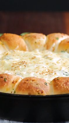 Indulge in every bite of this rich, chewy, ooey-gooey skillet bread with creamy spinach artichoke dip center. Healthy Dessert Recipes, Gourmet Recipes, Appetizer Recipes, Vegan Recipes, Cooking Recipes, Skillet Bread, Best Pizza Dough, Creamy Spinach, Tasty