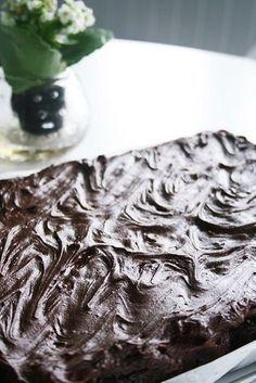 """Här kommer det ! Receptet på den absolut godaste långpannechokladkakan !! Den blir lixom som en blandning mellan kladdkaka och mjuk """"sockerkakskaka"""" . Den blir kompakt, saftig & lagom kladdig ;) Eftersom vi bakar 3 sorter på jobbet varje dag så kan jag säga att jag testat en Cookie Desserts, No Bake Desserts, Delicious Desserts, Baking Recipes, Cake Recipes, Dessert Recipes, Bagan, Food Cakes, Pasta"""