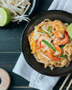 Thai shrimp wok for 4 people – Recipes Elle à Table Source by marieppo Thai Wok, Spicy Recipes, Cooking Recipes, Thai Beef Salad, Wow Recipe, Thai Shrimp, Massaman Curry, Thai Street Food, Thai Dishes