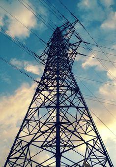 公園で見つけた鉄塔を下から。この複雑さが素晴らしい。