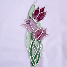 Stained Glass Bunch of Tulips Suncatcher - Cool Glass Art Designs Stained Glass Quilt, Stained Glass Suncatchers, Stained Glass Flowers, Stained Glass Designs, Stained Glass Panels, Stained Glass Projects, Stained Glass Patterns, Glass Wall Art, Fused Glass Art