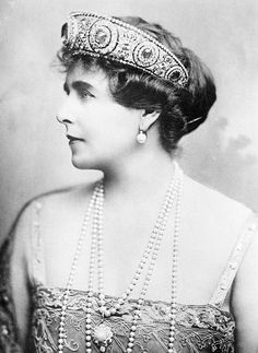 Marie of Romania 1876 Wearing the great Cartier diadem with the 137 carat central sapphire originally made in 1909 for her aunt Grand Duchess Vladimir. That is a serious tiara. Royal Crowns, Royal Tiaras, Tiaras And Crowns, Queen Mary, King Queen, Romanian Royal Family, Royal Jewelry, High Jewelry, Jewellery