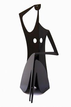 En vente dimanche 24 avril 2016 par Versailles Enchères à Versailles : Philippe HIQUILY «ÉPICURIENNE», 2010-2011 Sculpture en acier peint en noir signée et numérotée 6/8 Edition à 8 exemplaires + 4 épreuves d'artistes H : 158 cm. Est. 30 000 - 40 000 euros.