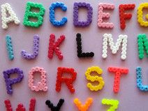 Buntes Alphabetset aus Hama-Bügelperlen
