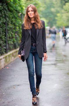 Georgia Tordini usa look clássico com blazer de risca de giz e calça skinny azul