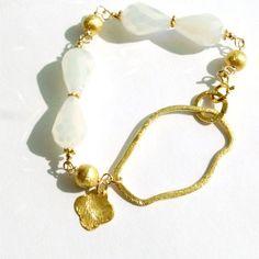Bracelet blanc mariage bijoux quadrilobe charme par jewelrybycarmal