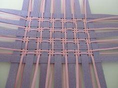 「かご」で作り方をマスター!~チェック編み Paper Weaving, Weaving Textiles, Weaving Art, Wire Weaving, Weaving Patterns, Basket Weaving, Hand Weaving, Patchwork Quilting, Rag Quilt