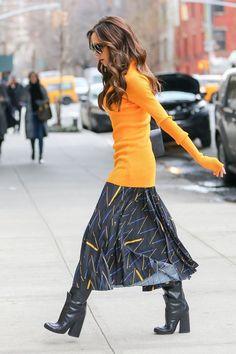 Victoria Beckham looks gorgeous in bright orange slim-fitting knit chic fashion Moda Victoria Beckham, Victoria Beckham Style, Style Work, Look Street Style, Street Styles, Vic Beckham, Viktoria Beckham, Victoria Fashion, Fashion Outfits