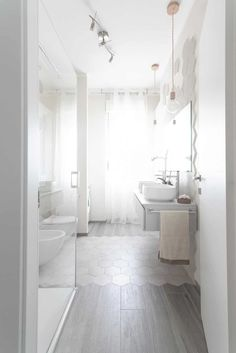 Here you can find the project of an original bathroom I realized for a young couple: balance, aesthetics, design and functionality. Fancy Houses, Bathroom Interior Design, Amazing Bathrooms, Diy Home Decor, Living Spaces, Sweet Home, New Homes, Bathtub, House Design