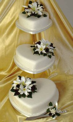Heart wedding cakes that will charm the floor! Heart Wedding Cakes, Wedding Cakes With Cupcakes, Beautiful Wedding Cakes, Beautiful Cakes, Amazing Cakes, Cupcake Cakes, Perfect Wedding, Heart Cakes, Occasion Cakes