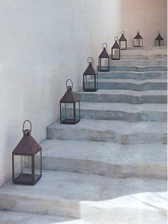 Interior styling: Stylish lanterns on stairs, lantaarns op de trap Tadelakt, Stair Steps, Le Havre, Stairway To Heaven, Candle Lanterns, Fairy Lanterns, Garden Lanterns, Stairways, Outdoor Lighting
