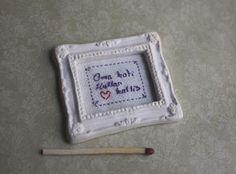 Lasituvan Miniatyyrit: Kirjontaa minikotiin - embroidery 1:12