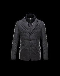 MONCLER ARGENTRE  Faites confiance à Moncler pour vous permettre d'affronter le froid avec style. Chic et si réconfortante, cette veste doudoune brillante saura être la note trendy de votre hiver et se portera aussi bien à la ville qu'à la montagne.Techno fabric / Turtleneck / Buttoned cuffs / Four pockets / One inside pocket / Button, zip / Dual back vents / Feather down innerComposition:77% Polyester, 23% Polyamid  €369, Jusqu'à -71%  Acheter maintenant…