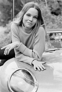 Michelle Phillips & an E-Type. Michelle Phillips & an E-Type. Michelle Phillips, Nathalie Dumeix, Hard Rock, Rock N Roll, 60s Icons, Style Icons, 60s Style, Folk, Jaguar E Type