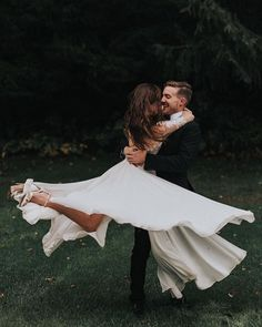 Brides dream of having the most suitable wedding ceremony, however for this they require the most perfect wedding gown, with the bridesmaid's dresses complimenting the brides dress. These are a few suggestions on wedding dresses. Wedding Goals, Wedding Pics, Wedding Planning, Rustic Wedding Photos, Ideas For Wedding Pictures, Wedding Shoot, Wedding Trends, Trendy Wedding, Elegant Wedding